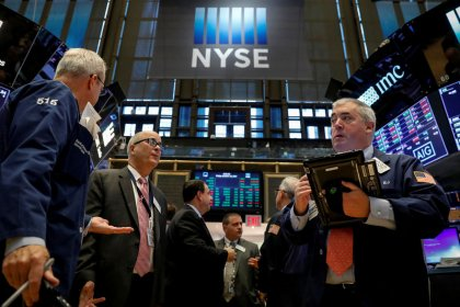 Wall St. inches up with financials; earnings in focus