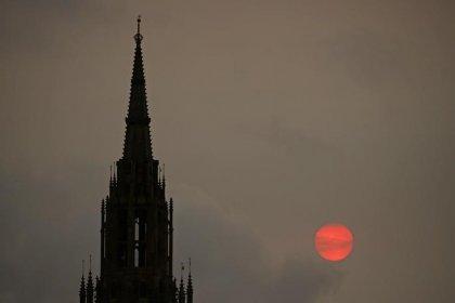 العاصفة أوفيليا تحول سماء لندن للون الأصفر بما تحمله من أتربة ودخان