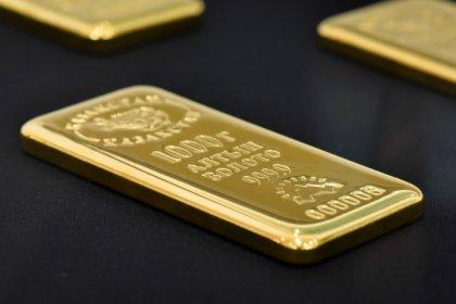 الذهب يتراجع مع صعود الدولار وسط تكهنات بشأن رئيس مجلس الاحتياطي الجديد