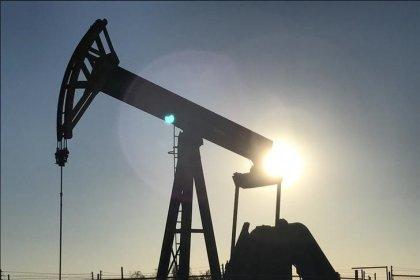 النفط يحتفظ بمكاسبه مدعوما بتعطل إمدادات عراقية وانخفاض الحفارات الأمريكية