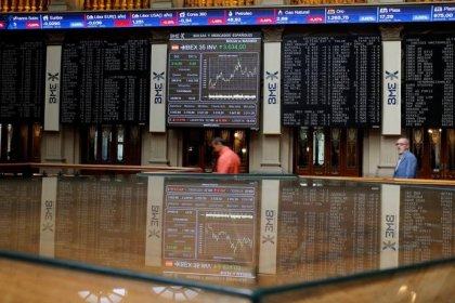 El Ibex cierra la semana con caídas pero salva los 10.000 puntos