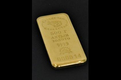 الذهب يتراجع مع صعود الدولار لكنه يظل قرب أعلى مستوى في شهر