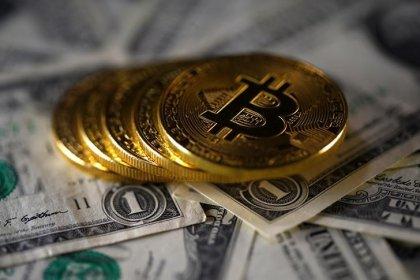 Contratos futuros de bitcoin reduzem alta após avanço de 22%
