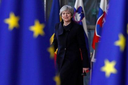 Premiê britânica May diz querer melhor acordo comercial para Brexit e recuperação de soberania