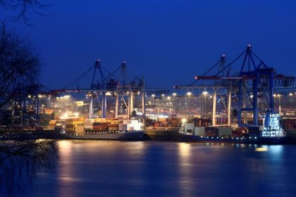 Euro zone widens trade surplus despite strong euro