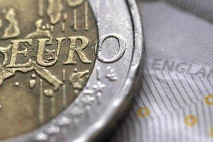 اليورو مستقر قرب ذروة 3 سنوات والدولار يصعد أمام الين
