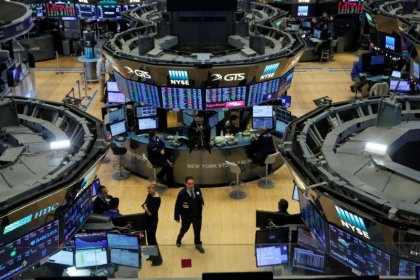 Wall St. eases as oil prices, General Electric fall
