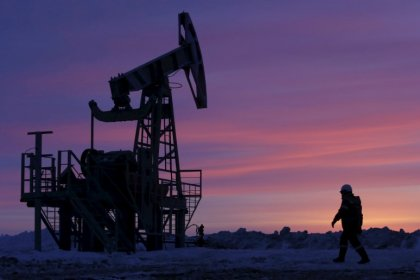 Oil prices fall over 1 percent on recovery in U.S. output