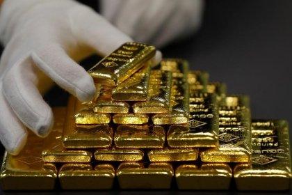 الذهب يرتفع مع تراجع الدولار لكنه يتجه صوب أول خسارة أسبوعية في ستة أسابيع
