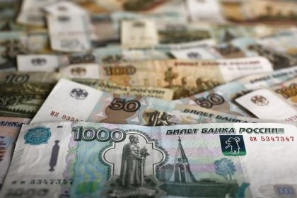 Рубль снижается вместе с нефтью, за неделю почти не изменившись к доллару
