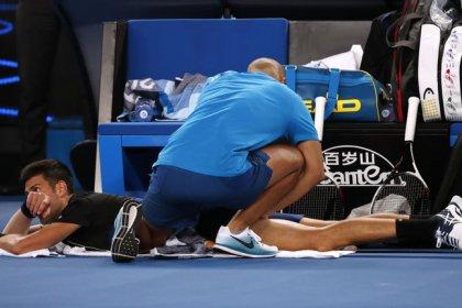 Djokovic pasa a la cuarta ronda en Australia pese a sus problemas de espalda