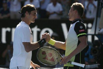 Federer deja atrás a Fucsovics para pasar a cuartos de final en Melbourne