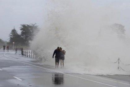 مئات السائحين يتمكنون من مغادرة بلدة تقطعت بهم السبل فيها بسبب عاصفة عاتية في نيوزيلندا