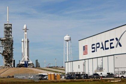 سبيس إكس تستعد لإجراء أول اختبار إطلاق لصاروخ عملاق جديد