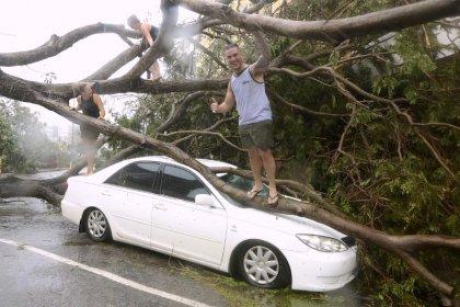 إعصار يؤدي إلى قطع الكهرباء عن آلاف المنازل باستراليا
