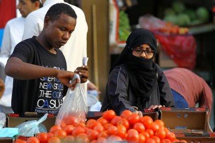 التضخم السعودي يهبط قليلا في فبراير بعد قفزة بسبب ضريبة جديدة