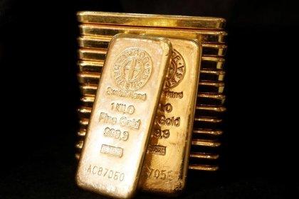 Цены на золото держатся вблизи пика 2 недель, доллар ослаб после прогноза ФРС