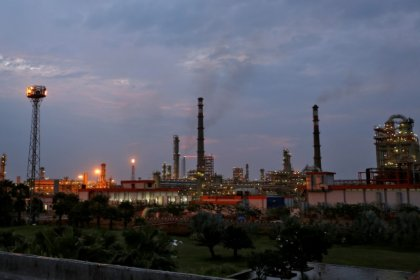 أسعار النفط ترتفع مع إعلان السعودية احتمال استمرار قيود الإنتاج حتى 2019
