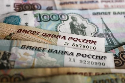Рубль удерживает плюс к доллару благодаря нефти и НДПИ, ждет решения ЦБР