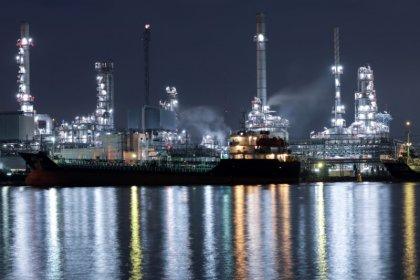 النفط يقفز 3% بدعم من هبوط في المخزونات الأمريكية ورغبة  السعودية في أسعار أعلى