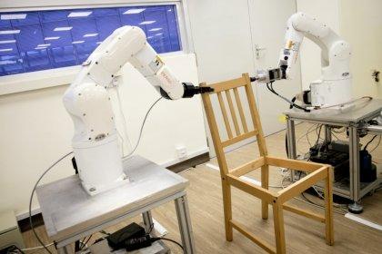 روبوتات تجمع قطعة أثاث من أيكيا