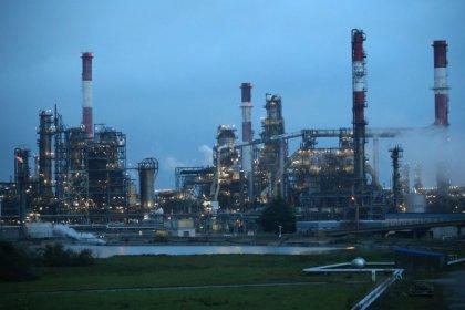 النفط يقلص مكاسبه وأوبك تقول إن تخمة المعروض تلاشت تقريبا