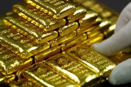 Цены на золото снизились на фоне надежд на повышение ставки ФРС США, ослабления напряженности в мире