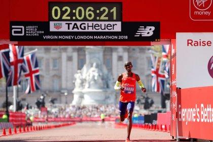 Kipchoge wins third London Marathon as Farah breaks British record