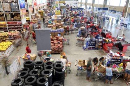 Vendas verejistas no Brasil crescem acima do esperado em abril, mas greve ameaça ímpeto