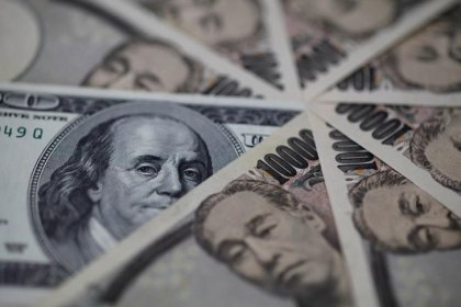 Dollar steadies vs yen as U.S. yields come off lows, but capped by trade woes