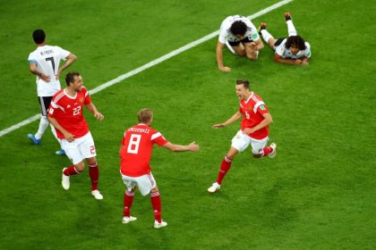 World Cup host Russia qualifies for the round of 16
