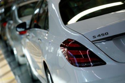 China-U.S. trade war hits Daimler profit, may sweep sector