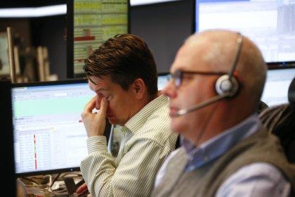 Les actions dans le rouge, le dollar se replie, le pétrole monte