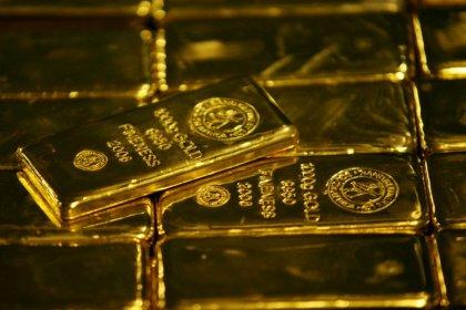الذهب ينخفض مع ارتفاع الدولار والتوترات التجارية تحد من الانخفاض