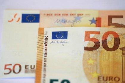 اليورو ينزل مع استمرار القلق في أسواق العملة بسبب التوترات التجارية