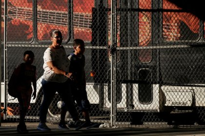 Judge tells U.S. to pay costs of reuniting immigrant families