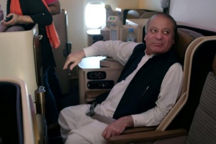 Premiê deposto do Paquistão é preso em retorno ao país e homem-bomba mata dezenas