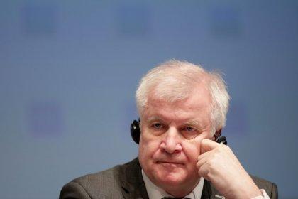 وزير الداخلية الألماني يواجه انتقادات لترحيله حارس بن لادن السابق