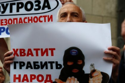 Russian lawmakers back higher retirement age in preliminary vote