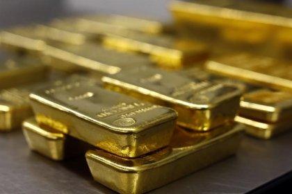 Цены на золото отступили от годового минимума, заявление Трампа ударило по доллару