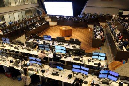 Ibovespa fecha em alta com foco em articulações para disputa eleitoral