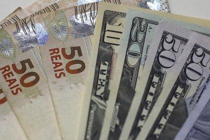 Dólar passa por correção com alívio externo e cai ante real