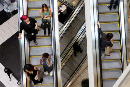 U.S. retail sales, manufacturing data bolster third-quarter economic outlook