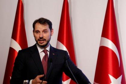 وزير المالية: تركيا ستخرج من أزمة العملة أكثر قوة رغم خلاف مع أمريكا
