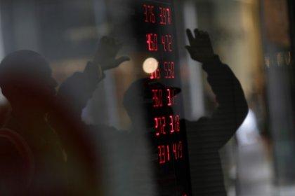Dólar encerra com leve alta dividido entre alívio externo e cautela com eleição local