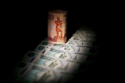 Рубль теряет более процента, дешевея вместе с другими ЕМ-валютами