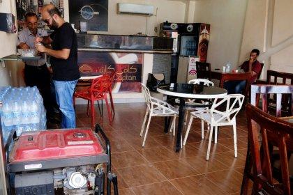تجار ليبيا يعانون من انقطاع الكهرباء لفترات طويلة