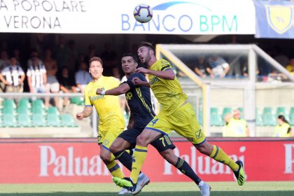 FÚTBOL-Juventus logra dramático triunfo frente al Chievo en debut de Ronaldo en la Serie A