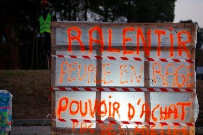 Gilets jaunes: Les syndicats dénoncent les violences, grève des routiers en vue