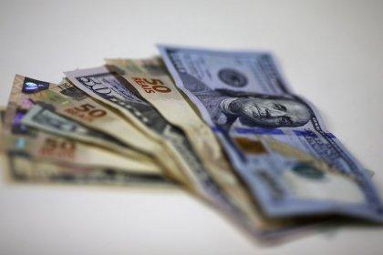 Dólar sobe e engata 6ª semana de alta ante real; dados dos EUA suavizam valorização